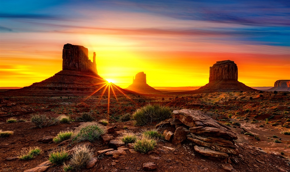 hermoso amanecer en desierto
